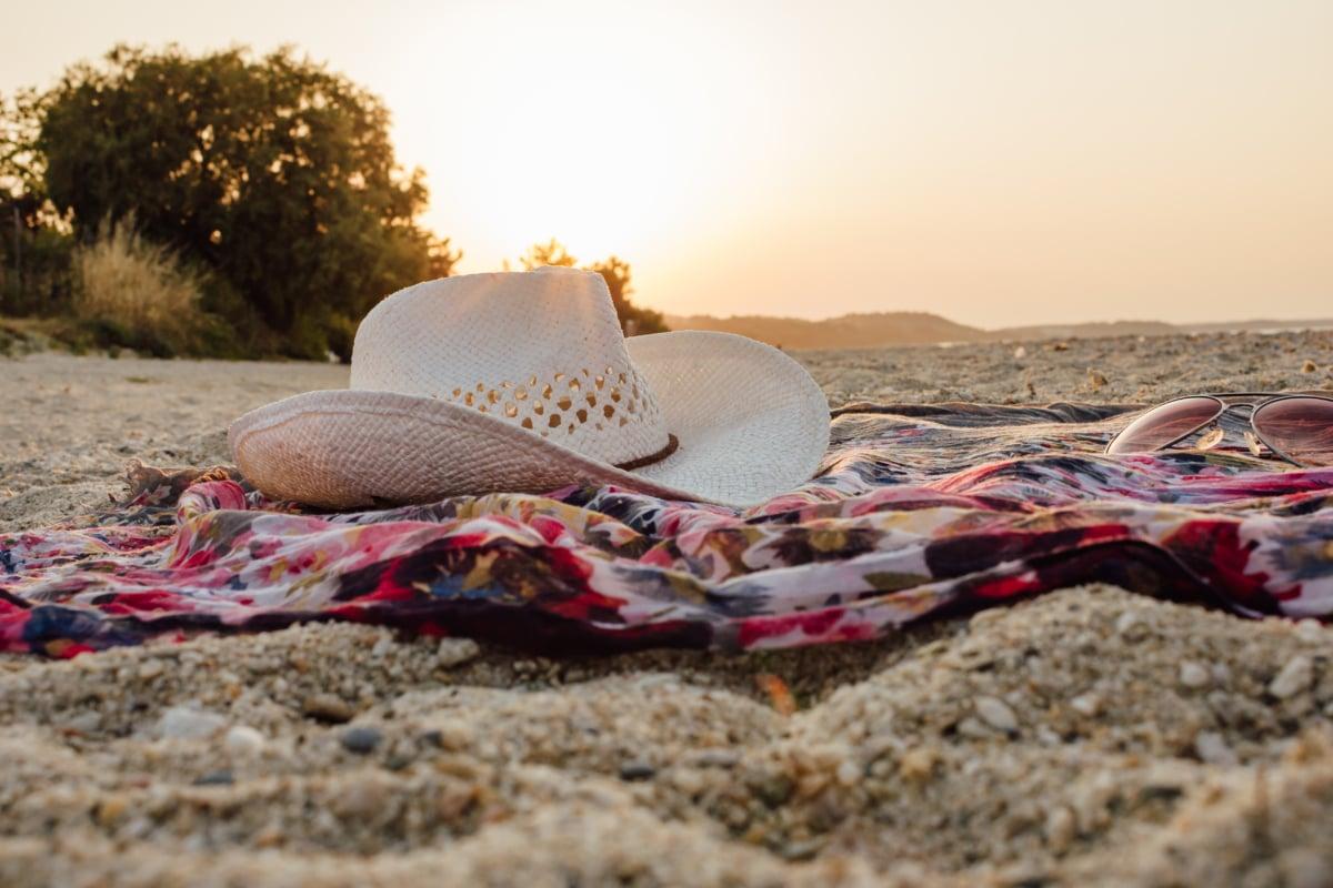 砂, 帽子, ビーチ, サングラス, 毛布, 夏, サンセット, 衣料品, カバー, 休暇