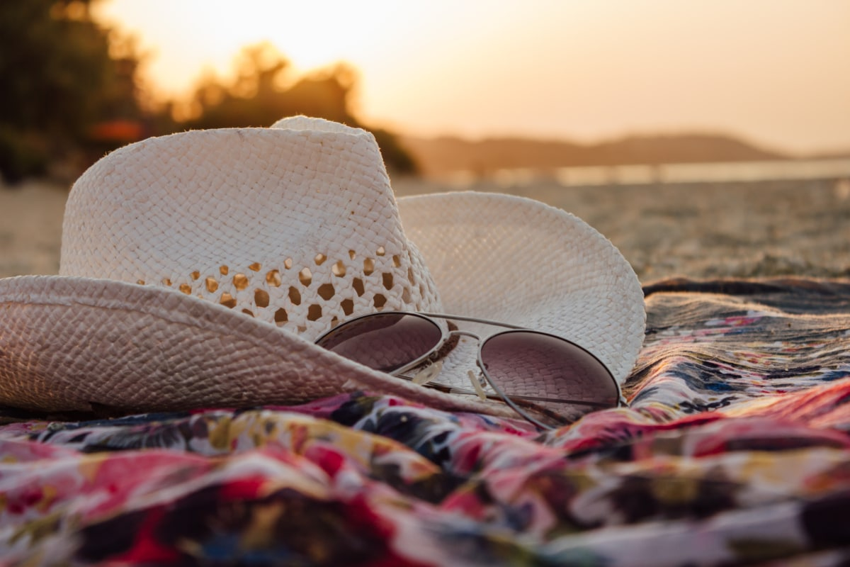 шапка, слънчеви очила, лято, залез, плаж, пясък, облекло, мода, едър план, детайли
