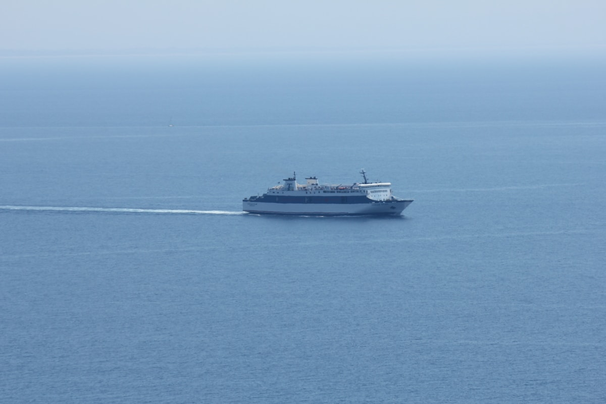 cruise ship, distance, horizon, ocean, sea, water, boat, ship, tugboat, device