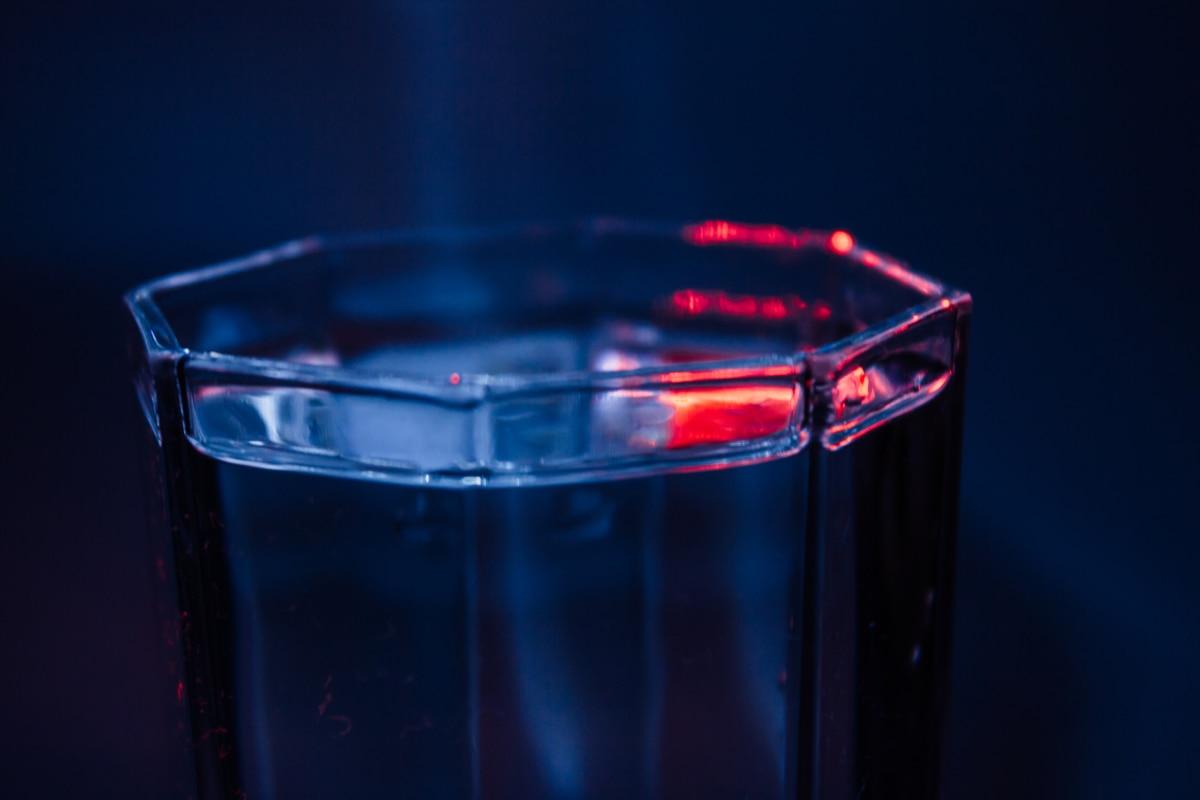 ciemności, wody pitnej, ciemny niebieski, pełne, kryształ, ciecz, odbicie, szkło, biologii, napój