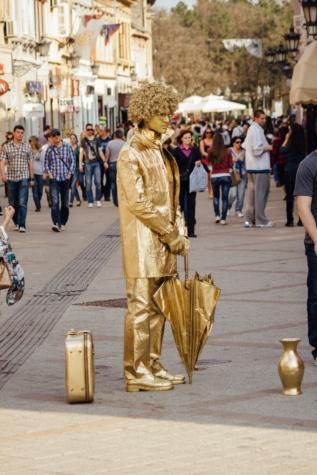 lueur dorée, performances, artiste du spectacle, foule, costume, divertissement, rue, zone urbaine, vendeur, gens