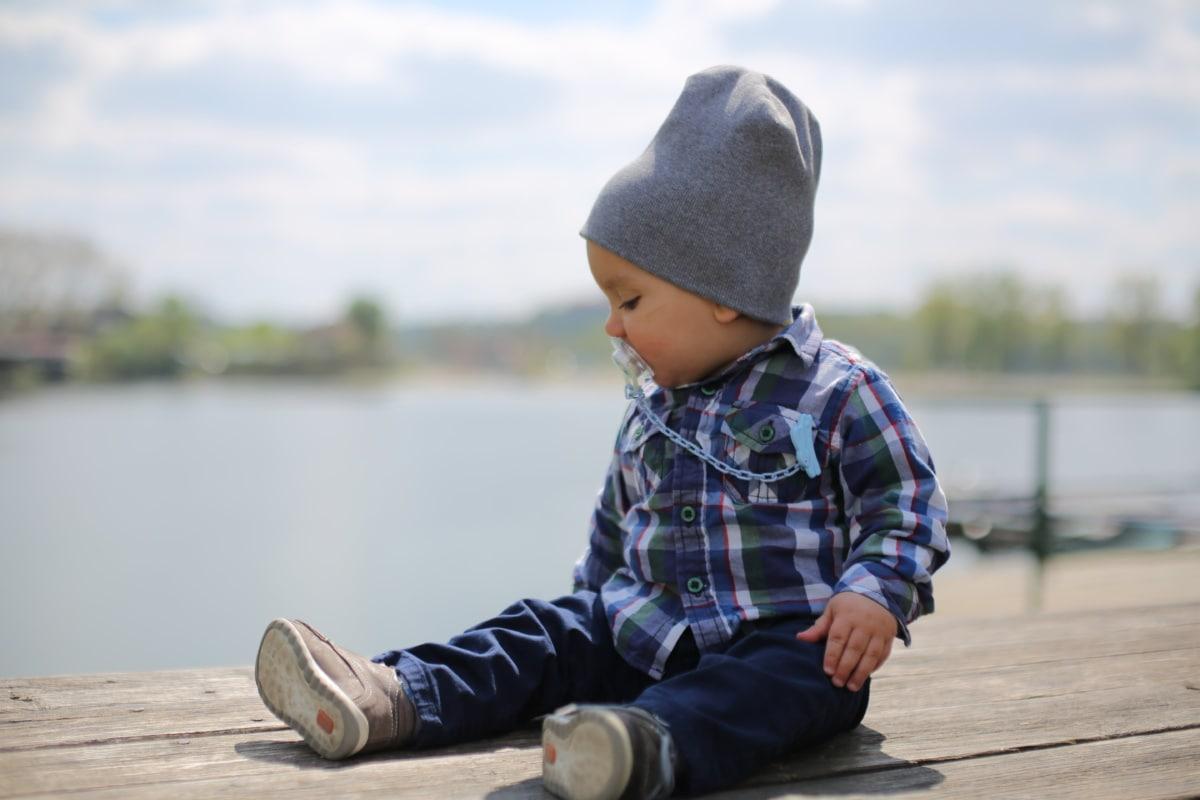 småbarn, sitter, outfit, hamnen, bebis, bedårande, barn, mössa, naturen, vatten