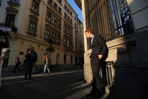 実業家, 写真のモデル, 男, スーツ, ポーズ, 通り, パパラッチ, 構築, アーキテクチャ, 人々