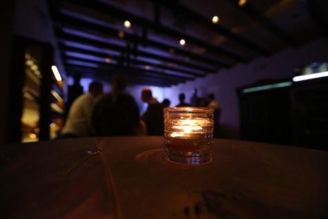 Νυχτερινή ζωή, νυχτερινό κέντρο, σκούρο, φως των κεριών, κερί, σε εσωτερικούς χώρους, θόλωμα, φως, άτομα, εσωτερική διακόσμηση