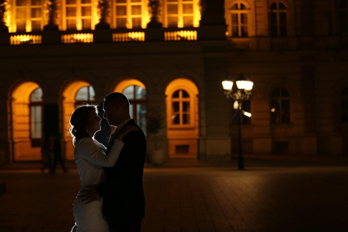 namorada, noivo, noiva, namorado, abraços, noite, romance, centro da cidade, beijo, noite