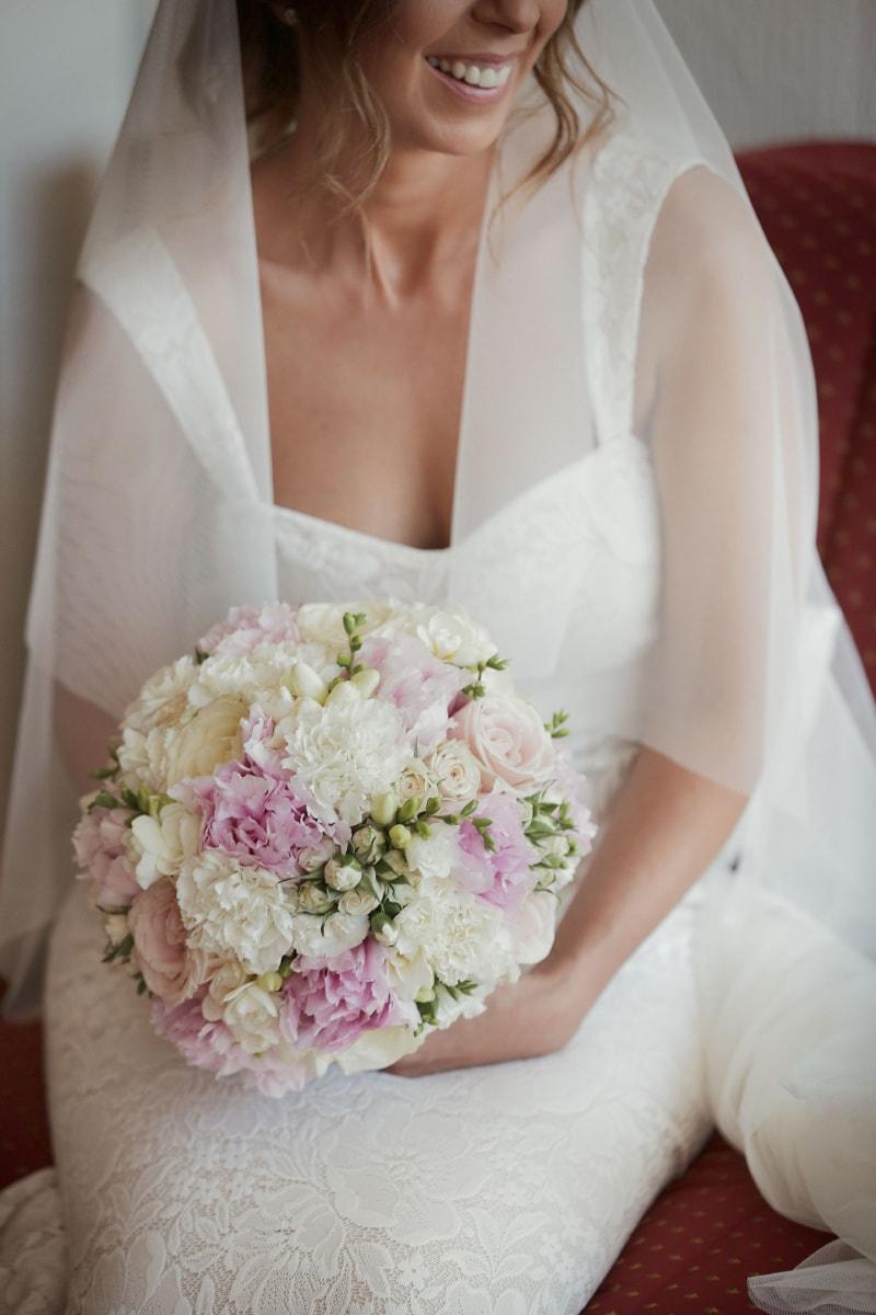 Hochzeitskleid, Schleier, Hochzeitsstrauß, Lächeln auf den Lippen, Glück, Braut, Blumenstrauß, Hochzeit, Kleid, Blumen
