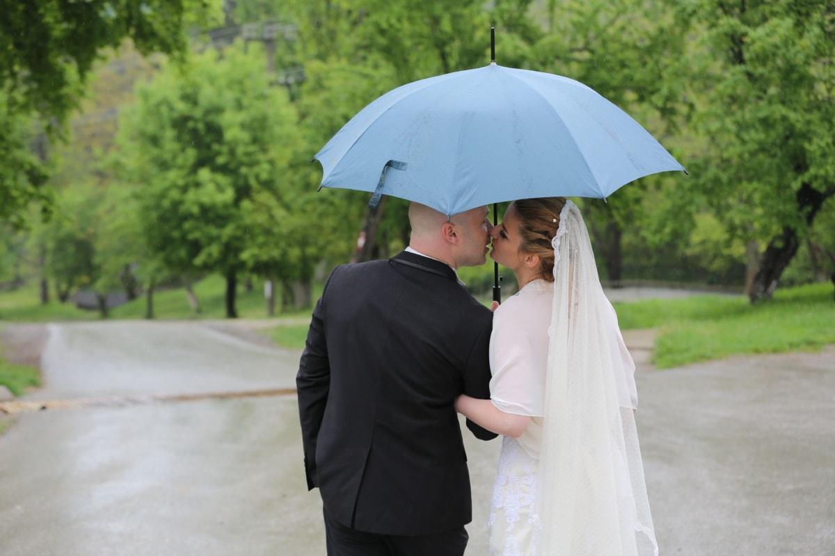 kus, paraplu, vrouw, bruidegom, bruid, man, jurk, bruiloft, huwelijk, geluk