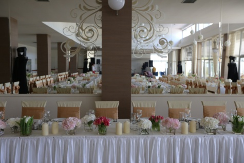furniture, wedding, dining area, mirror, dining, tablecloth, hotel, tableware, interior design, reception
