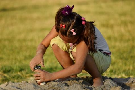 spielerische, hübsches mädchen, Sand, Sanddüne, allein, Spiel, Schmutz, Spaß, Kindheit, Gras