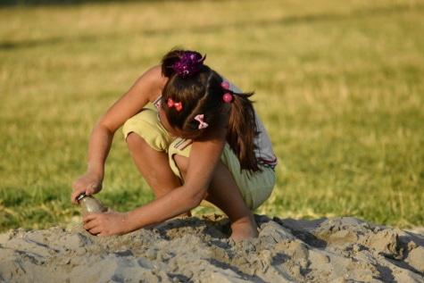 spielerische, Spaß, Mädchen, heiter, Spiel, Sand, schönes Foto, Freude, Sommer, im freien