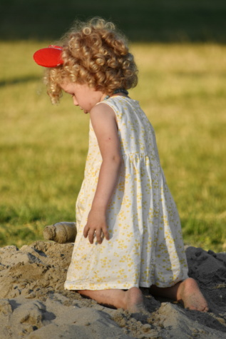 niedlich, blonde Haare, liebenswert, untergeordnete, Mädchen, Sandkasten, Spielplatz, Spaß, Sommer, Natur