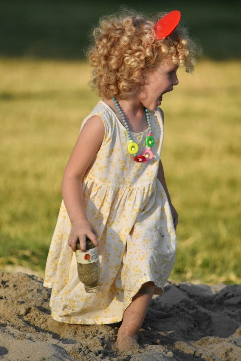 nätti tyttö, leikkikenttä, iloa, tytöt, iloinen, ihana, nautinto, peli, hiekka, mekko