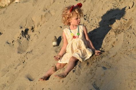 mooi meisje, speelse, zand, jurk, kapsel, blonde haren, mode, genot, vrolijke, zon