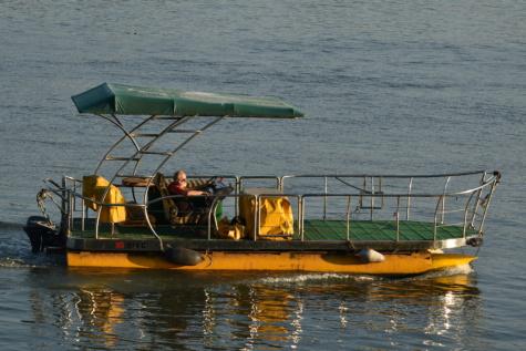 man, floden, solsken, båt, njuter av, sommarsäsongen, motorbåt, vågor, vattenskotrar, vatten