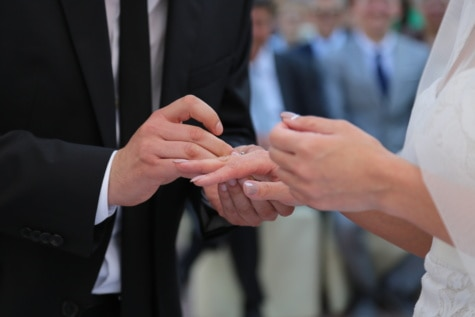 vielsesring, bryllup, mand, bruden, ringe, bryllupskjole, hænder, passer til, mand, hånd