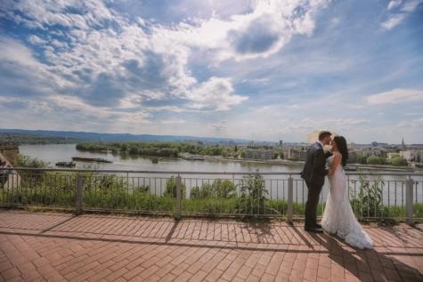 mladoženja, mladenka, vjenčanica, vanjski, sunčano, kišobran, rijeka, ograda, ljubav, panorama