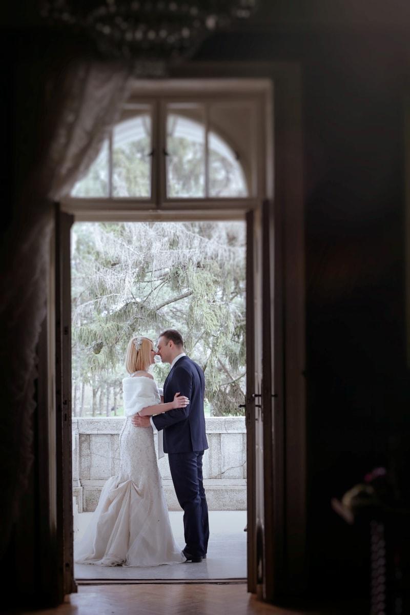 поцелуй, жена, муж, балкон, костюм, милая девушка, красивый, свадебное платье, передняя дверь, жених