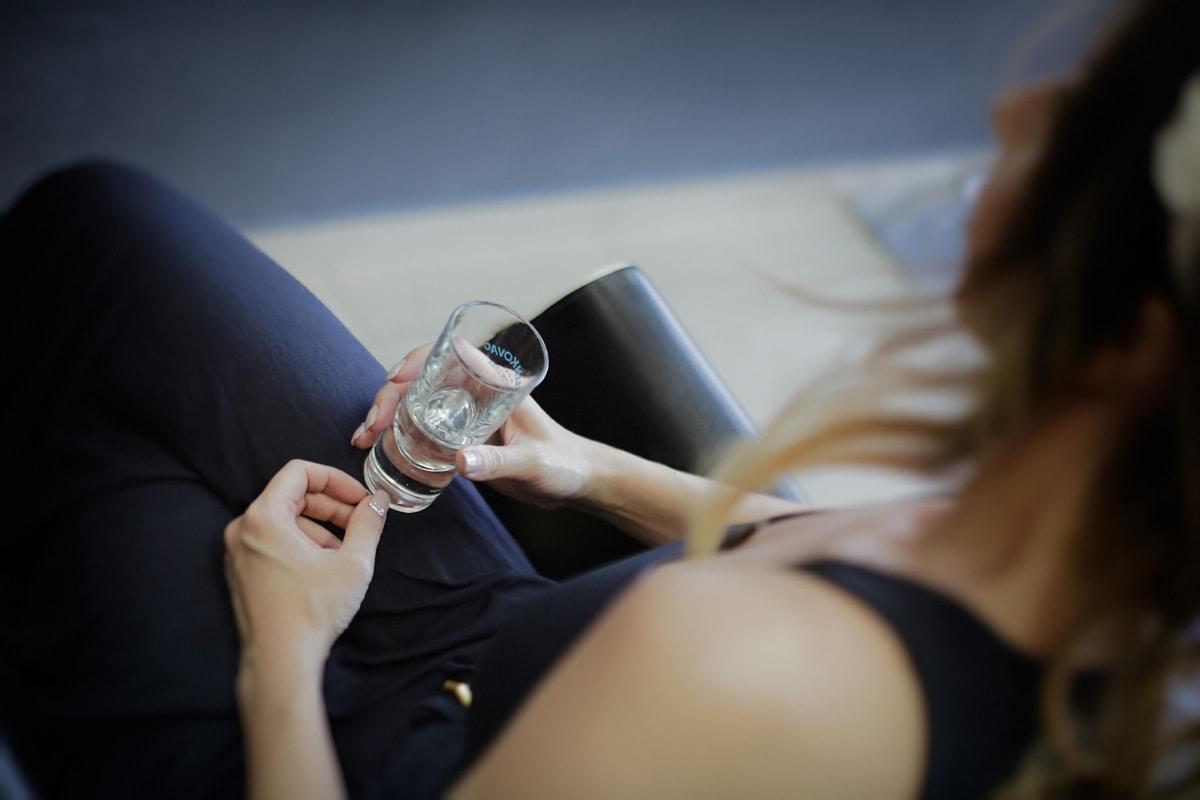 питейна вода, течност, пресни, стъкло, жена, напитки, ръце, студена вода, лице, хора
