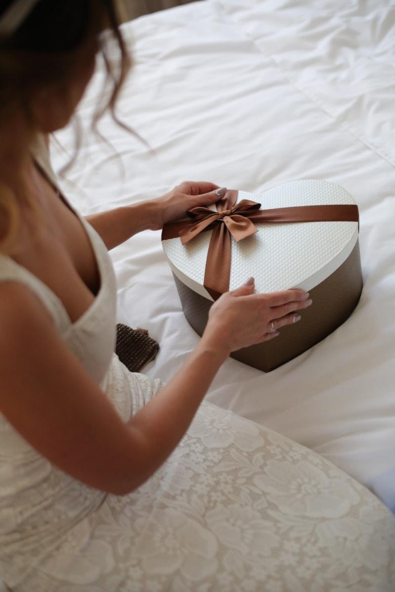 cadeau, surprise, romantique, Jolie fille, coeur, amour, chambre à coucher, robe de mariée, la mariée, mariage