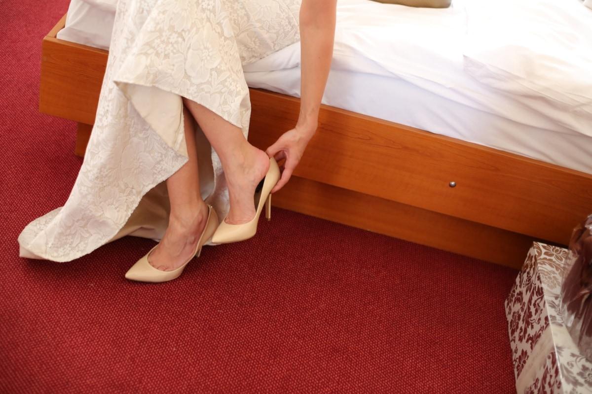 pied, robe de mariée, sandale, lit, pieds nus, chambre à coucher, mariage, femme, vêtement, jupe