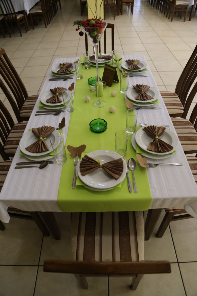 table, salle à manger, table à dîner, salle à manger, coutellerie, chaises, Cendrier, vase, serviette de table, verrerie