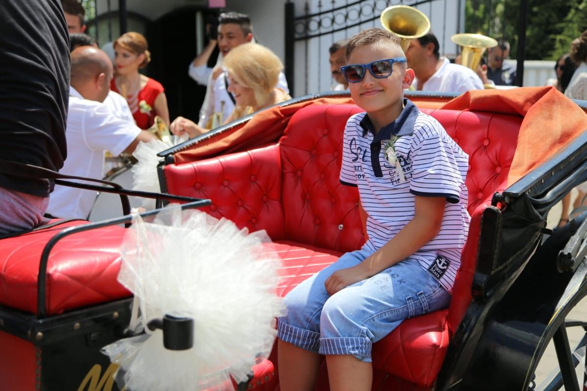 garçon, célébration, cérémonie, souriant, transport, défilé, véhicule, gens, rue, Festival