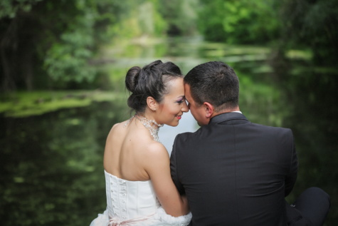 férj, átölelve, csók, felesége, boldogság, mosoly, ölelés, élvezet, esküvő, elkötelezettség