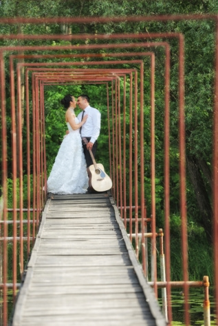 husband, wedding dress, wife, wedding, bridge, guitar, hug, smile, bride, groom