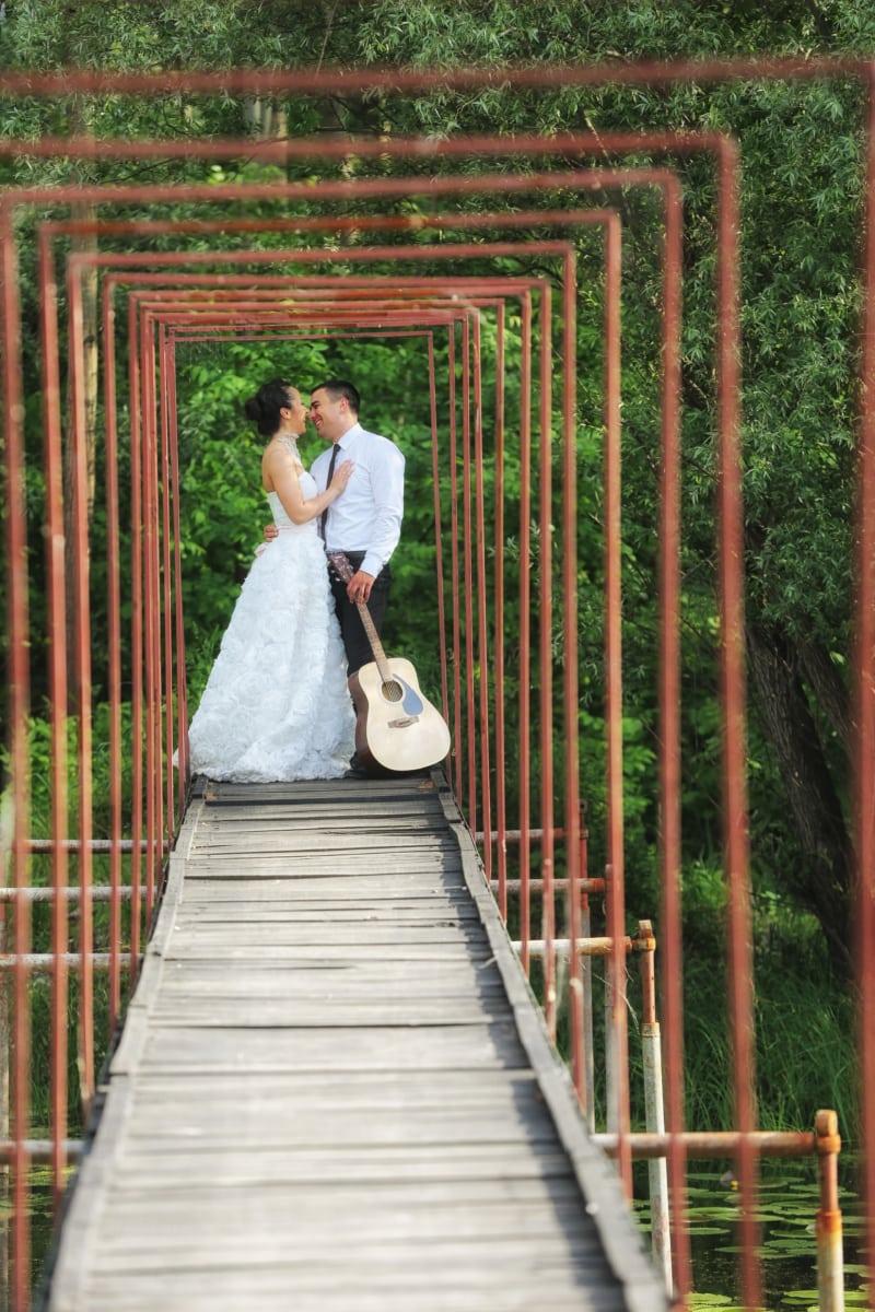 mari, robe de mariée, femme, mariage, pont, guitare, câlin, Smile, la mariée, jeune marié