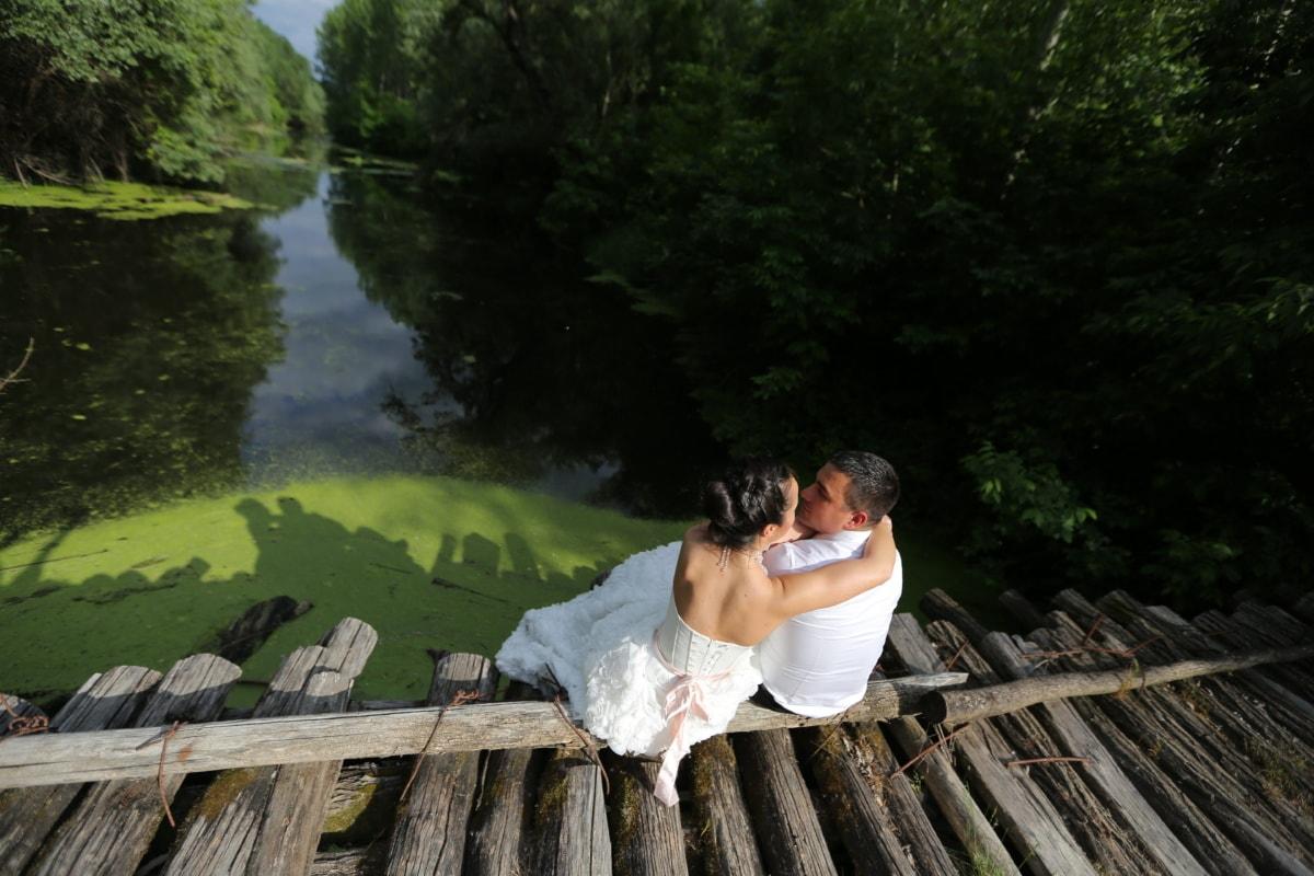 la mariée, robe de mariée, en bois, pont, nature sauvage, homme, câlin, amour, eau, à l'extérieur