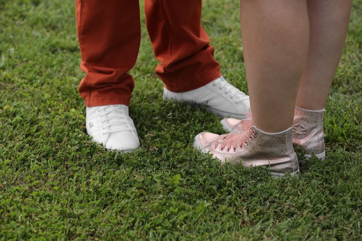 chaussures de sport, petit ami, petite amie, herbe, Jeans/Pantalons, jambes, pied, chaussures, chaussure, pelouse