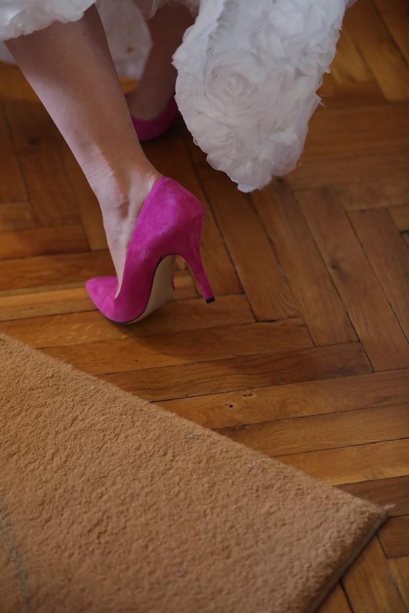 élégant, jupe, plancher, sandale, pieds nus, parquet, tapis, pied, jeune fille, chaussures