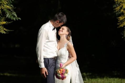 vjenčanica, mladenka, mladoženja, sjena, nasmijano, šuma, zagrljaj, par, haljina, ljubav