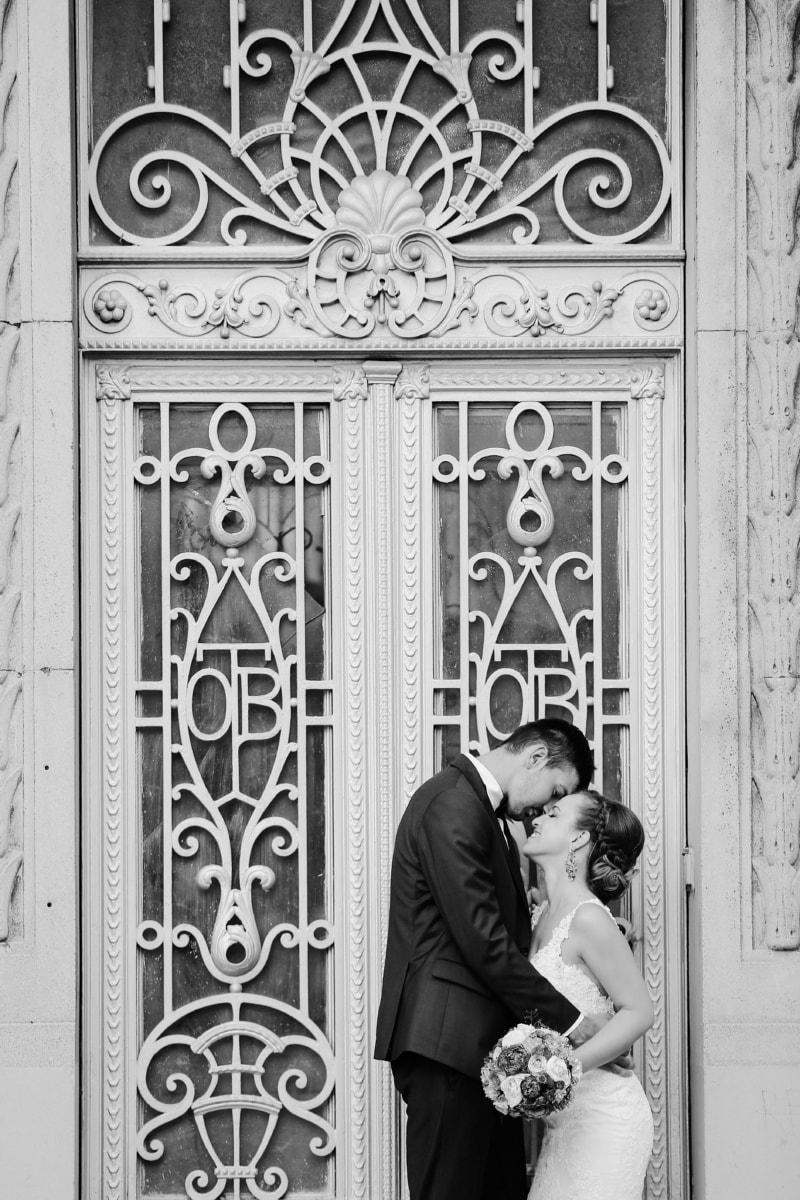 noir et blanc, porte d'entrée, la mariée, robe de mariée, convivialité, câlin, souriant, Création de, architecture, Porte