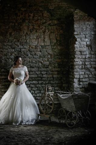 지하 감옥, 지하실, 신부, 슬픔, 혼자, 예쁜 소녀, 우울증, 부케, 결혼, 결혼