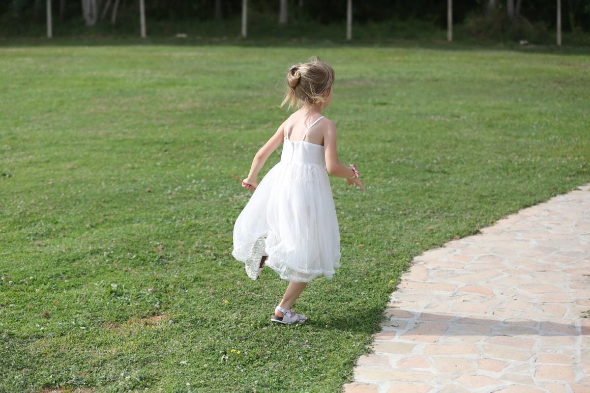 cheveux blonds, en cours d'exécution, enfant, Jolie fille, robe, innocence, mode, joie, parc, la mariée