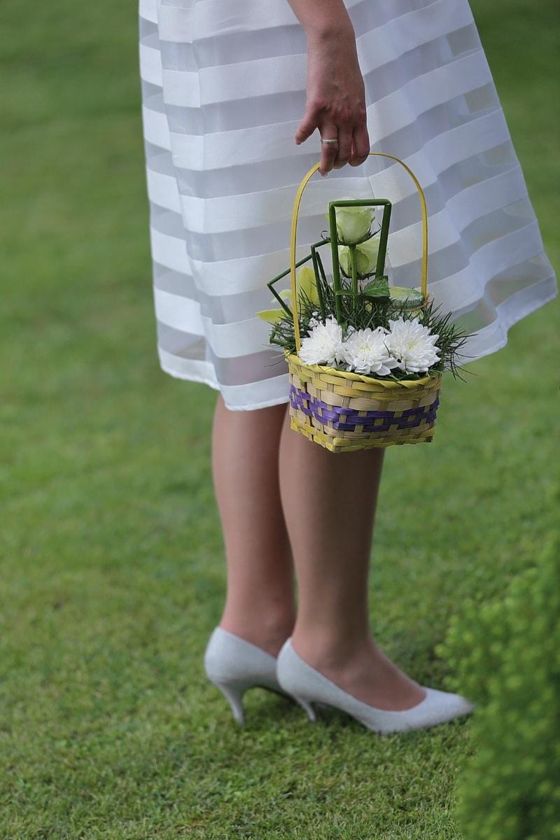 Rock, Seide, Hand, Beine, Weidenkorb, Blumenstrauß, Gras, Sommer, im freien, Person