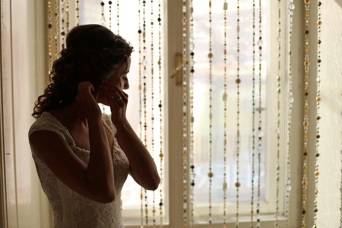 vestido de novia, novia, Salón, peinado, pendientes, ventana, ciego, adentro, personas, luz