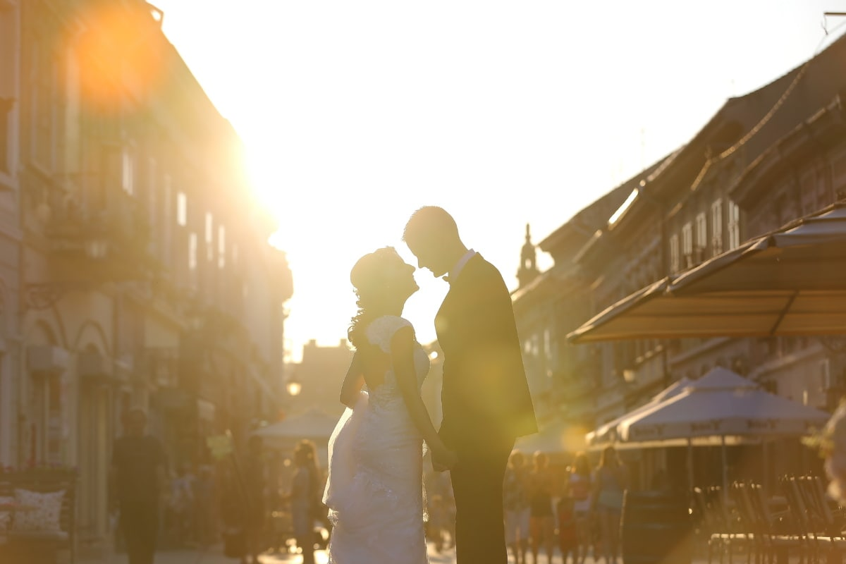 rayons de soleil, ensoleillement, rue, jeune marié, la mariée, baiser, foule, rétro-éclairé, gens, personne