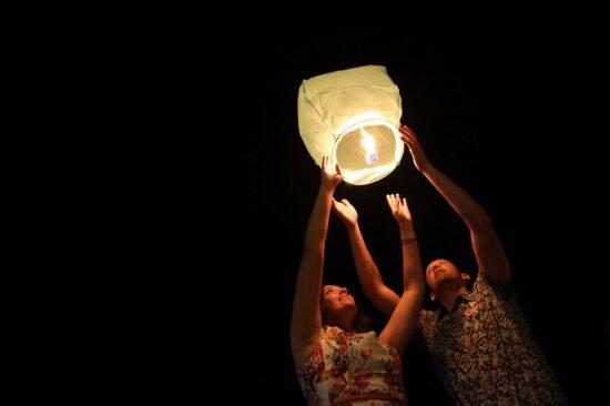 petit ami, petite amie, nuit, lampe, ballon, air chaud, souriant, convivialité, femme, lumière