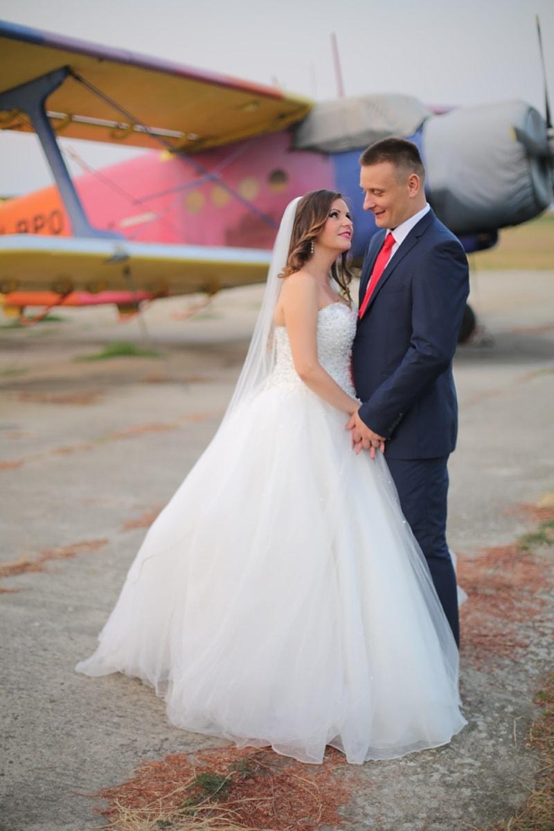 パイロット, 空港, 航空機, 紳士, ロマンス, 花嫁, 愛, 抱擁, 抱擁, 花婿