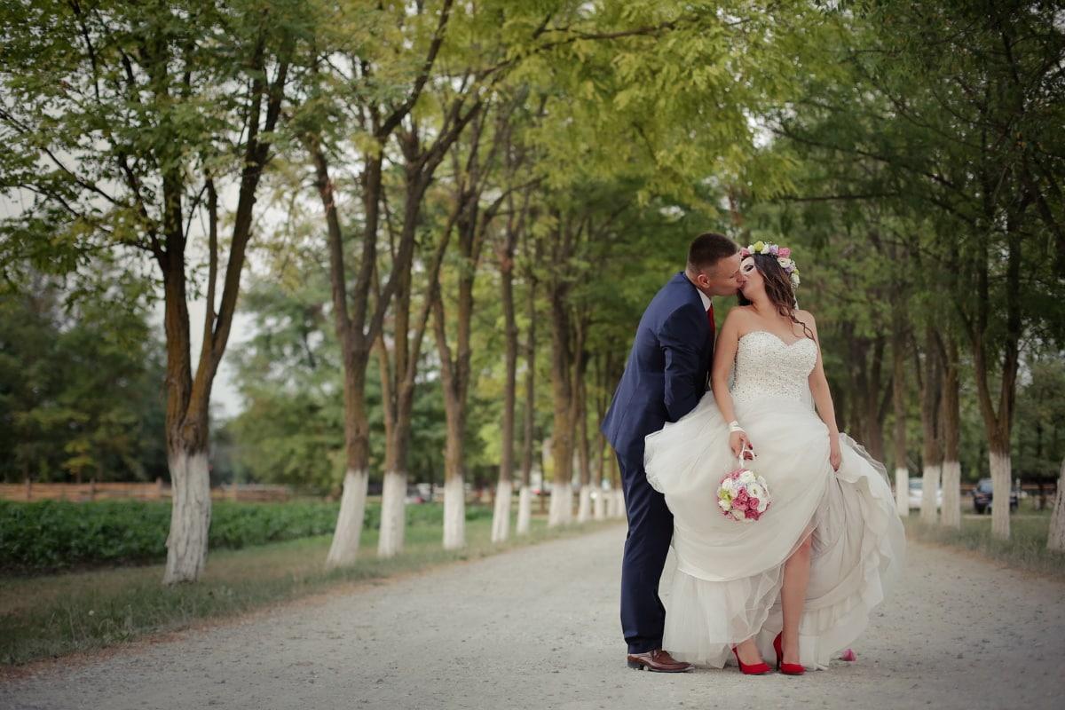 mladoženja, poljubac, mladenka, selo, zelenilo, cesta, brak, haljina, vjenčanje, ljubav