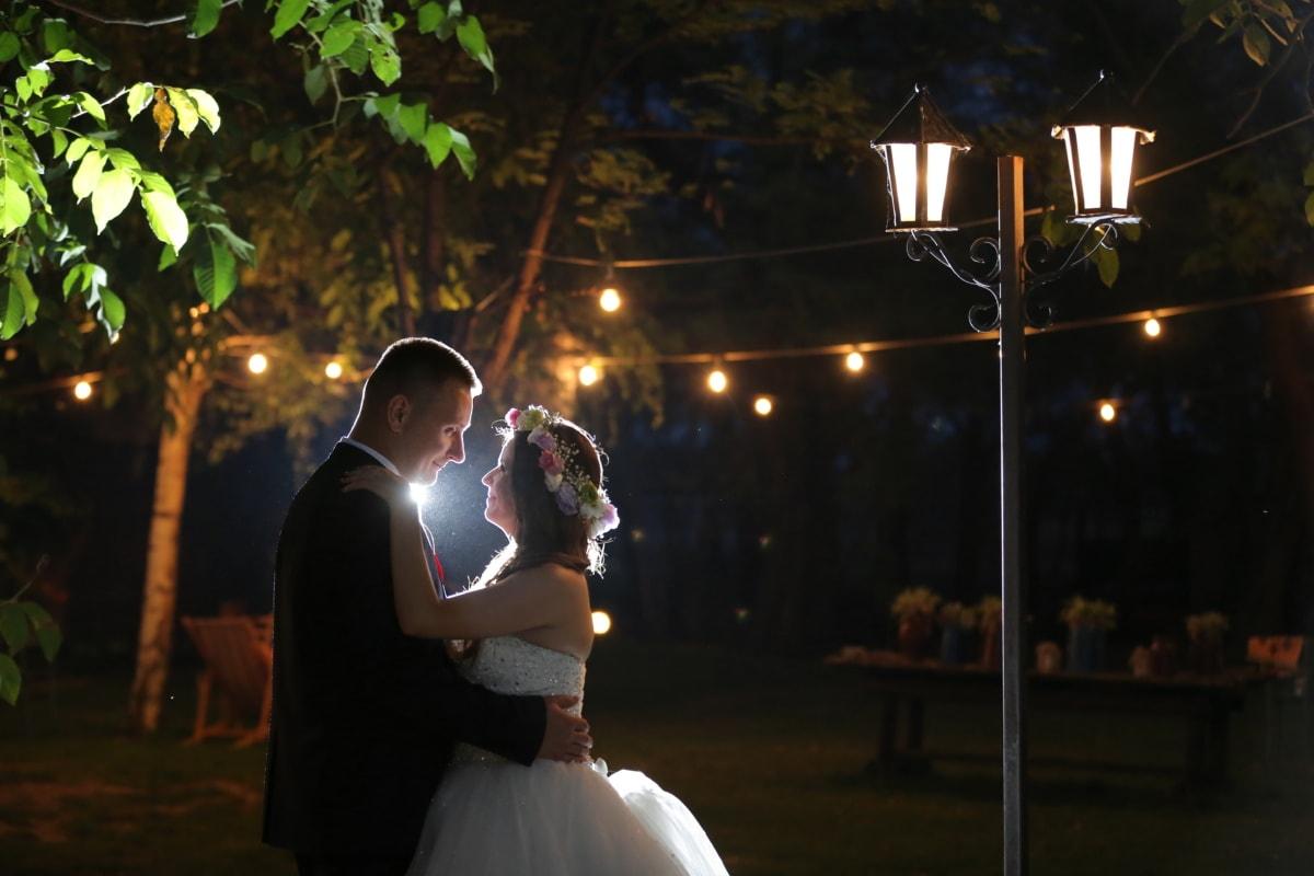 grljenje, mladoženja, noćni život, mladenka, ljudi, vjenčanje, ljubav, žena, romansa, svjetlo