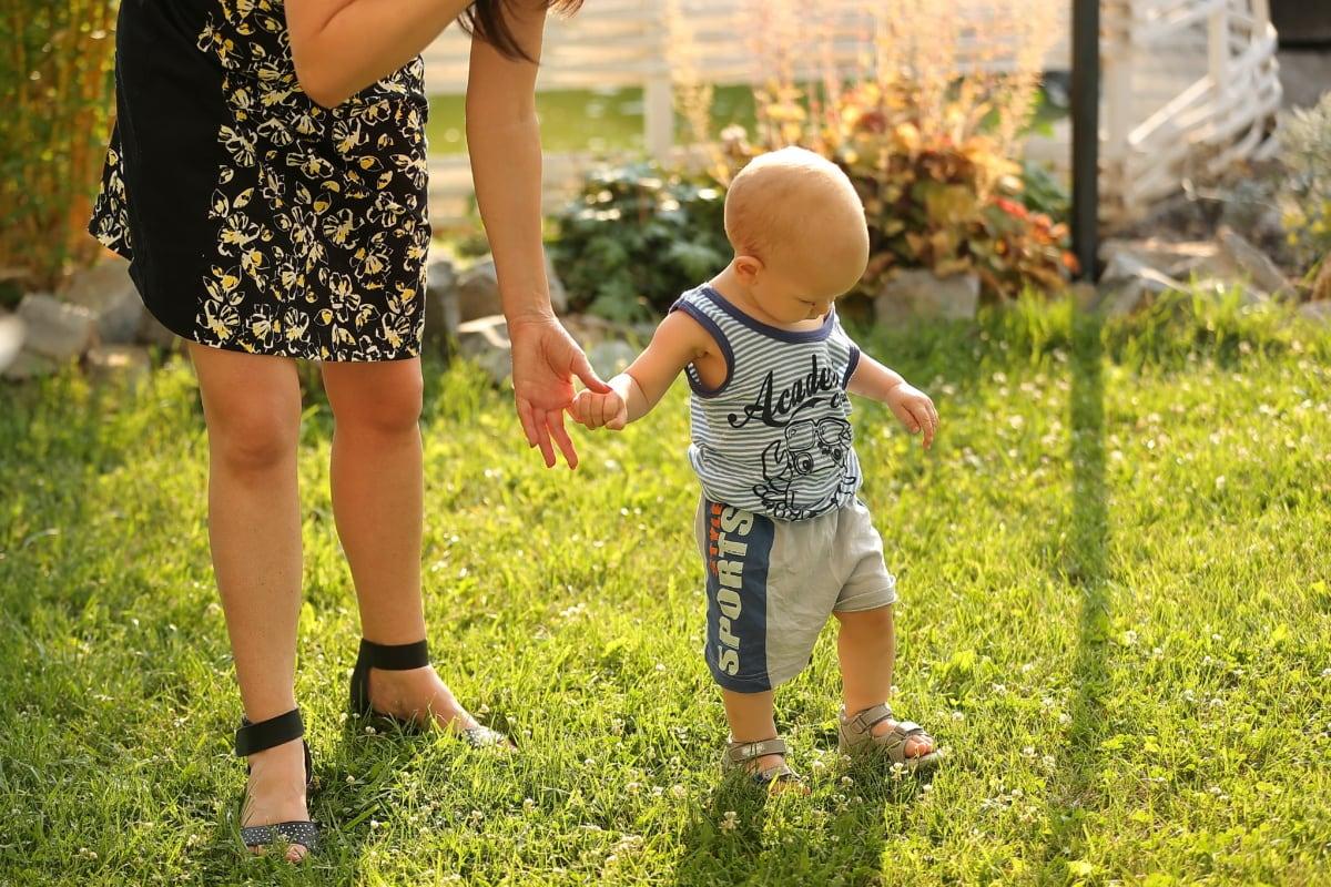 maternité, bébé, enfant en bas âge, maternité, mère, famille, fils, marche, herbe, en plein air