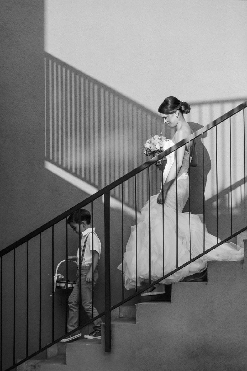 la mariée, bouquet de mariage, robe de mariée, garçon, escalier, jeune homme, bonheur, barrière, structure, gens