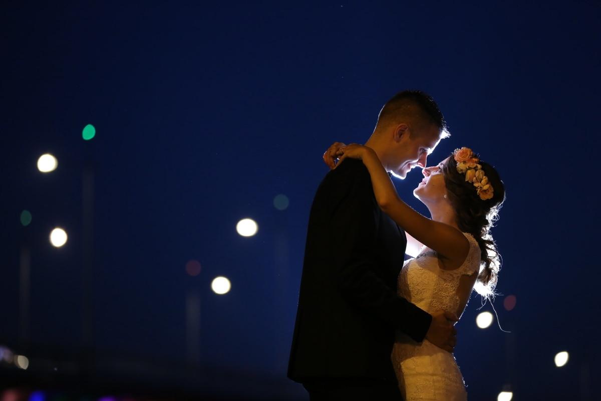 เจ้าบ่าว, เจ้าสาว, กอด, เวลากลางคืน, กลางแจ้ง, เต้นรำ, เพลง, คอนเสิร์ต, คน, คน
