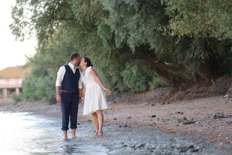 összetartozás, csók, ölelés, szerelem, férj, úriember, folyóparton, gyönyörű, jóképű, felesége