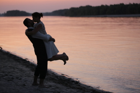 romantique, plage, petite amie, étreindre, petit ami, coucher de soleil, baiser, étreinte, sable, mer