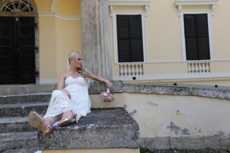 mladenka, plava kosa, ležanje, vjenčanica, stubište, vrata, trijem, vjenčanje, žena, ljudi