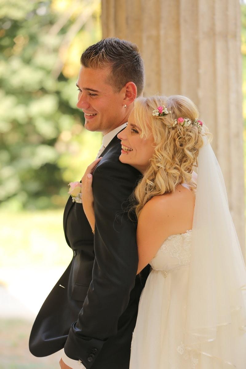 χαμογελώντας, Αγάπη, αγκαλιά, νυφικό, θέτοντας, νύφη, Κοσμήματα, χαλάρωση, ώμου, σκουλαρίκι